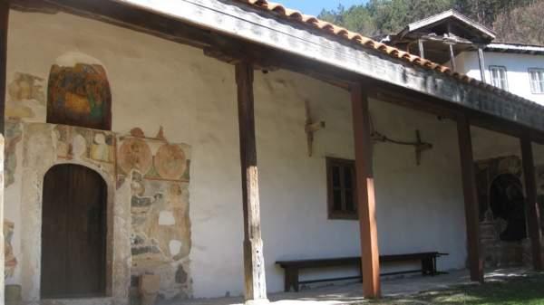 Красивое село Элешница у подножья гор Стара-Планина