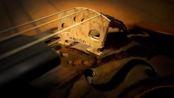 Владо Тилев вслушивается в души музыкальных инструментов